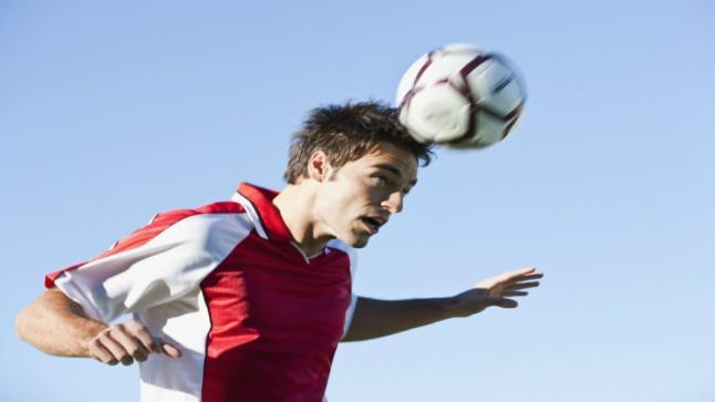 دراسة: لاعبو الكرة معرضون للإصابة باضطرابات في الجهاز العصبي والشلل الرعاش